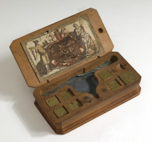 Muntgewichtdoos (Coin Box Weight) – Circa. 1750. With the help of a balance this aparatus was used by merchants and tax collectors against fraudulent coins